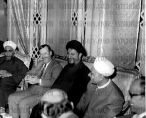 Ο Πρόεδρος της Συρίας, Χάφεζ αλ Άσαντ (αριστερά με κοστούμι), μαζί με τον ηγέτη της σιιτικής Αμάλ, Μούσα αλ Σαντρ (στη μέση, με σκούρα ρούχα)