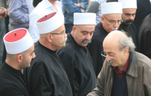 Ο Ουαλίντ Τζουμπλάτ (κάτω δεξιά) μαζί με Δρούζους uqqal. Η συνεχής αλλαγή στρατοπέδων, που χαρακτηρίζει τη μεταπολεμική του δράση, έχει γίνει σχεδόν παροιμιώδης. Παρ' όλα αυτά παραμένει ο πιο σημαντικός ηγέτης των Δρούζων.