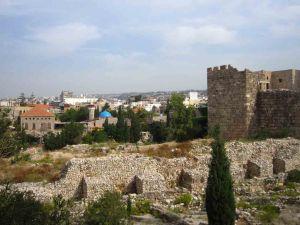 Ο αρχαιολογικός χώρος της Βύβλου, με τη σύγχρονη πόλη να εκτείνεται προς το βουνό