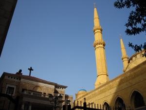 Ο μαρωνιτικός καθεδρικός ναός του Αγίου Γεωργίου δίπλα στο Τζαμί Μοχάμεντ-αλ-Αμίν, κοντά πρώην όριο Δυτικής-Ανατολικής Βηρυτού, είναι δείγματα της χριστιανο-μουσουλμανικής συνύπαρξης που δοκιμάστηκε πολύ στις τελευταίες δεκαετίες.