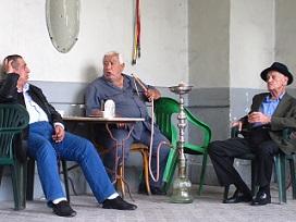 Γέροι σε καφενέ της Τρίπολης πίνουν καφέ και καπνίζουν ναργιλέ.
