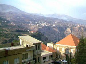 Το φαράγγι Καντίσα με τις βουνοκορφές του Λιβάνου από πάνω, όπως φαίνονται από το Μπσαρέ. Στις άκρες του γκρεμού έχουν κτιστεί εκκλησίες και μοναστήρια.