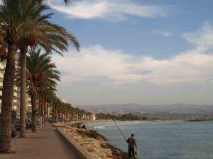 Η νότια παραλιακή λεωφόρος της Τύρου, με το Ισραήλ να φαίνεται στο βάθος
