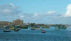 Το ανατολικό (δηλαδή το παλιό) λιμάνι της Αλεξάνδρειας, με το φρούριο Κάιτ Μπέι στο βάθος.