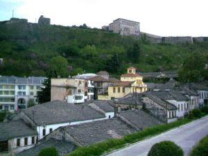 Το κάστρο από το οποίο παίρνει και το όνομα της η πόλη. Κάτω μερικά σπίτια της παλιάς πολης, με τα τυπικά κεραμίδια από γκρίζο τοπικό πέτρωμα.