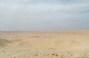 Η έρημος Σαχάρα, όπως φαίνεται από την Σακάρα νότια του Καΐρου. Συνεχίζεται έτσι για χιλιάδες χιλιόμετρα.