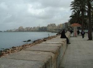 Ο παραλιακός πεζόρομος (Corniche) στην Αλεξάνδρεια. Συνεχίζεται έτσι για αρκετά χιλιόμετρα.
