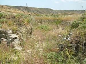 Διάβρωση ως συνέπεια της εγκατάλειψης των προστατευτικών αναβαθμίδων, ανάμεσα στα χωριά Πέρα Ορεινής και Αναλιόντας στην Κύπρο.