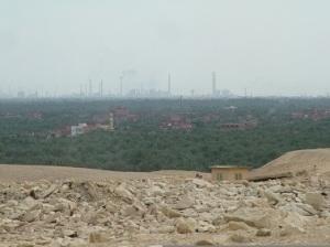 Η Κοιλάδα του Νείλου, όπως φαίνεται μέσα από την έρημο στη τοποθεσία Σακάρα, νότια του Καΐρου. Σ' αυτήν τη στενή λωρίδα γης στριμώχνονται οι γεωργικές, οικοδομικές και βιομηχανικές δραστηριότητες.