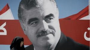 Πορτραίτο του Ραφίκ Χαρίρι, Σουνίτη μεγαλοεπιχειρηματία στη Σαουδική Αραβία, που με το τέλος του εμφυλίου επέστρεψε στo Λίβανο, για να αναλάβει το ρόλο του πρωθυπουργού επί 10 χρόνια. Δολοφονήθηκε το 2005, με φημολογούμενη ανάμιξη της Συρίας και της Χεζμπολάχ. Η δολοφονία του ήταν η αφορμή για ένα κύμα διαδηλώσεων, που είχε ως αποτέλεσμα των αποχώρηση του συριακού στρατού. Πηγή: cnn.com