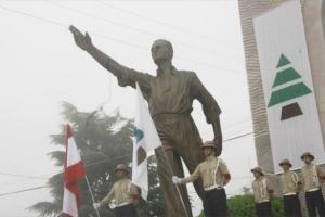 Άγαλμα του ιδρυτή της Φάλαγγας, Πιέρ Τζεμαγέλ, με φρουρά από Φαλαγγίτες. Δίπλα το σήμα της οργάνωσης.  Πηγή: www.aminegemayel.org