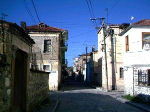 Σοκάκια στο κέντρο της Κορυτσάς, με τα τυπικά πετρόκτιστα σπίτια