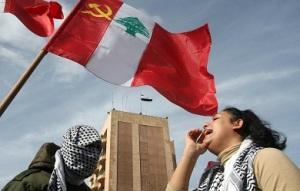 Σημαία του Κομμουνιστικού Κόμματος του Λιβάνου, από πρόσφατη συγκέντρωση στη Βηρυτό. Έπαιξε σημαντικό ρόλο στις δεκαετίες του '60, '70 και '80, αν και περιθωριοποιήθηκε στη συνέχεια. Πηγή: english.al-akhbar.com