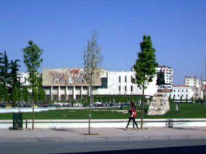 Η κεντρική πλατεία των Τιράνων με το άγαλμα του εθνικού ήρωα Σκεντέρμπεη. Πίσω μια τοιχογραφία μάλλον από την εποχή του υπαρκτού σοσιαλισμού.