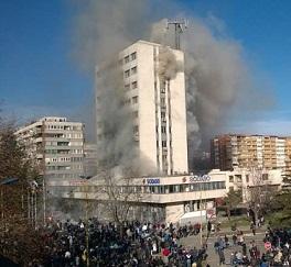Κυβερνητικό κτίριο στη Τούζλα που έγινε στόχος των επιθέσεων των διαδηλωτών στις 7.2.2014. Η αστυνομία, προφανώς ανέτοιμη για ένα λαϊκό κίνημα τέτοιας έκτασης, αναγκάστηκε σε φυγή, εγκαταλείποντας ουσιαστικά το κτίριο στα χέρια των διαδηλωτών, οι οποίοι το έβαλαν σε φωτιά. Ανάλογα επεισόδεια έγιναν τις επόμενες μέρες και σε άλλες βοσνιακές πόλεις.