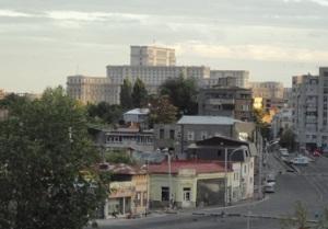 Στο βάθος του πρώην προεδρικό μέγαρο του δικτάτορα Τσαουσέσκου, νυν στέγη του Ρουμάνικου Κοινοβουλίου. Όταν κτίστηκε ήταν το δεύτερο πιο μεγάλο κτίριο στον κόσμο.