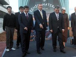 Οι τρεις πιο σημαντικοί άντρες του AKP: Αχμέτ Νταβούτογλου, Ρετζέπ Ταγίπ Ερντογάν, Αμπντουλάχ Γκιουλ (από αριστερά προς τα δεξιά).