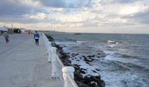 Παραλιακός πεζόδρομος στην Κωστάντζα, δίπλα η Μαύρη Θάλασσα.