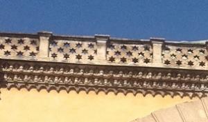Τμήμα της διακόσμησης από το Γενί Τζαμί: η ομοιότητα με το αστέρι του Δαβίδ μπορεί να είναι τυχαία, μπορεί και όχι.