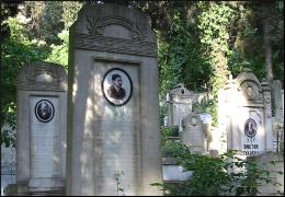 Το νεκροταφείο Μπιουλμπιουλντερέ στο Σκούταρι της Κωνσταντινούπολης, όπου θάφτηκαν πολλοί από τους Ντονμέδες που ήρθαν από τη Θεσσαλονίκη κατά την ανταλλαγή. Σε αντίθεση με άλλα μουσουλμανικά νεκροταφεία, κάποιοι τάφοι έχουν φωτογραφίες των νεκρών. Πηγή: www.uskudaristanbul.com