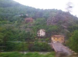 Από τη Σόφια προς το Βουκουρέστι πρέπει πρώτα κάποιος να διασχίσει την οροσειρά του Αίμου, μέσα από την κοιλάδα του ποταμού Ισκάρ, που φαίνεται στη φωτογραφία. Από τον Αίμο (αλλιώς Μπαλκάν, όνομα τουρκικής προέλευσης) πήρε το όνομά της ολόκληρη η βαλκανική χερσόνησος.