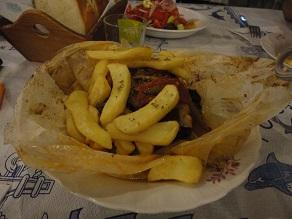Κατσικάκι στη λαδόκολλα με πατάτες, σε ταβέρνα στα Θερμά.