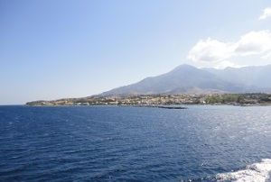 Το λιμάνι της Σαμοθράκης, η Καμαριώτισσα. Πίσω το βουνό Σάος 'η Φεγγάρι (1.611 μέτρα).