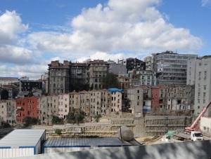 Σύχρονος πολυλειτουργικός χώρος υπό οικοδόμηση στην περιοχή Χάρμπιε, λίγο βόρεια από την πλατεία Ταξίμ.