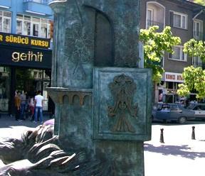 Εκτός από την Ελληνοορθοδοξία, την ΑΕΚ, τον ΠΑΟΚ, τη Σερβία, την Αλβανία, ο δικέφαλος αετός είναι και σύμβολο του Δήμου Ικονίου.