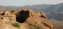 Ότι απομένει σήμερα από το κάστρο του Αλαμούτ.  http://www.persianvoyages.com/alamut-castle/
