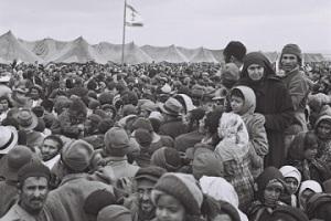 Εβραίοι από την Υεμένη που έχουν φτάσει στο Ισραήλ. Οι Εβραίοι από τις αραβικές χώρες βρέθηκαν συχνά να μένουν για χρόνια μετά την άφιξή τους σε καταυλισμούς από σκηνές ή τσίγκινα παραπήγματα. http://972mag.com/behind-election-lurks-israels-ethnic-divide/104073/