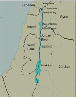 Η πορεία του ποταμού Ιορδάνη, από την κοιλάδα Χούλα στη Θάλασσα της Γαλιλαίας και από εκεί με κατάληξη στη Νεκρά Θάλασσα. http://www.seetheholyland.net/jordan-river/