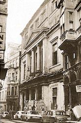 Το μέγαρο του Ελληνικού Φιλολογικού Συλλόγου Κωνσταντινούπολεως λίγο πριν την κατεδάφισή του. Ιδρύθηκε το 1861 και στόχευε στην καλλιέργεια μιας ελληνορθόδοξης πολιτισμικής ταυτότητας, που θα έμενε όμως στα πολιτικά πλαίσια του οθωμανικού κράτους. http://www.ime.gr/projects/tanzimat/gr/main/356.html