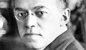 """Ο Ζεέβ Ζαμποτίνσκυ (1880-1940) ήταν από τους πιο σημαντικούς Σιωνιστές ακτιβιστές, ιδρυτής του πρώτου σύγχρονου εβραϊκού στρατού, της Εβραϊκής Λεγεώνας, που έλαβε μέρος στον Α' Παγκόσμιο στο πλευρό των Βρετανών. Σ' αυτόν ανήκει η πατρότητα της έκφρασης """"σιδερένιο τείχος"""": """"Δεν μπορούμε να δώσουμε καμία αποζημίωση για την Παλαιστίνη, ούτε στους Παλαιστίνιους, ούτε σε άλλους Άραβες. Μια εθελοντική συμφωνία είναι άρα αδιανόητη. Ο εποικισμός, ακόμα και ο πιο περιορισμένος, πρέπει να συνεχιστεί παρά τη θέληση του γηγενούς πληθυσμού. Μπορεί άρα να συνεχιστεί και να αναπτυχθεί μόνο κάτω από την ασπίδα της βίας, που συνιστά ένα Σιδερένιο Τείχος, το οποίο ο ντόπιος πληθυσμός δεν μπορεί ποτέ να διαπεράσει."""" http://zeevjabotinsky.com/"""