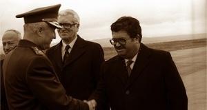 """Δύο πρόσωπα που σημάδεψαν τη δεκαετία του '80 στην Τουρκία: ο στρατηγός Κενάν Εβρέν, ηγέτης της στρατιωτικής χούντας του '80, μαζί με τον Τουργκούτ Οζάλ, πρώτο πολιτικό πρωθυπουργό μετά την """"αποκατάσταση"""" της δημοκρατίας."""