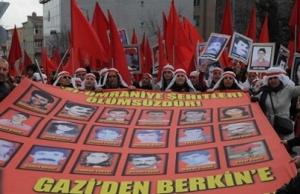 """Εικόνα από την εκδήλωση μνήμης για την 20ή επέτειο της σφαγής του Γκαζί. Η εκδήλωση διοργανώθηκε από αριστερές και αλεβίτικες οργανώσεις. Το πανό γράφει """"Από το Γκαζί στον Μπερκίν"""" (αναφορά στον Μπερκίν, θύμα της αστυνομικής βίας στην πρόσφατη εξέγερση του 2013). http://bianet.org/english/human-rights/162992-gazi-incident-victims-commemorated-in-20th-anniversary"""