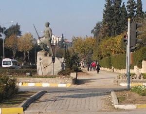 Στους δρόμους του Αϊδίνιου βλέπεις διάφορα τέτοια αγάλματα πολεμιστών του ελληνοτουρκικού πολέμου. Αυτοί ανήκαν κατά κανόνα σε άτακτα σώματα ανταρτών, τους ζεϊμπέκηδες (που έδωσαν το όνομά τους και στο γνωστό χορό), που δρούσαν στην περιοχή του Αιγαίου ήδη από το 17ο αιώνα, και με το ξέσπασμα του πολέμου ήταν αυτοί που αντιστάθηκαν στο προελαύνοντα ελληνικό στρατό. Ο αρχηγός μιας ομάδας ζεϊμπέκηδων ονομαζόταν εφέ, και ο πιο γνωστός που έδρασε κατά τη διάρκεια του πολέμου ήταν ο Γιορούκ Αλί Εφέ, τοπικός ήρωας της περιοχής.