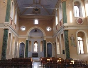Το εσωτερικό της παλιάς ελληνικής εκκλησίας του Άγιου Βούκολου (πολιούχου της Σμύρνης). Είναι σχεδόν η μόνη, που σώζεται ως και σήμερα, λειτουργώντας κυρίως ως πολιτιστικό κέντρο. Για πολλές δεκαετίες το κτίριο ήταν εγκατελειμμένο και ερειπωμένο, μέχρι που ο τελευταίος δήμαρχος της Σμύρνης αποφάσισε την αποκατάστασή του. Το 2014 επετράπηκε μάλιστα στον Πατριάρχη να τελέσει λειτουργία στο χώρο.
