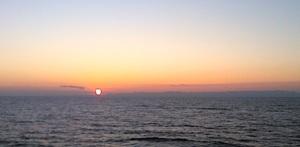 Εικόνα από το πλοίο λίγο πριν φτάσει στην Κερύνεια: ο ήλιος ανατέλλει πίσω από τις κορυφές της Καρπασίας.