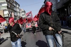 Τα φέρετρα νεκρών από την τρομοκρατική επίθεση στο Σουρούτς το περασμένο καλοκαίρι μεταφέρονται στο τζέμεβι του Γκαζί, με τη συνοδεία ένοπλων ακροαριστερών. http://www.ibtimes.co.uk/turkey-more-riots-rage-marxist-gazi-stronghold-after-death-female-activist-gunay-ozaslan-1512637