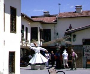 Το Ικόνιο δείχνει στους τουρίστες την ιστορική του σύνδεση με το τάγμα των Μεβλεβήδων και με τέτοια αγάλματα περιστρεφόμενων ντερβίσηδων.