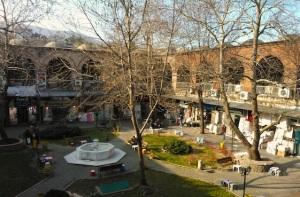 Το Ιπέκ Χάνι, δηλαδή Χάνι του Μεταξιού, είναι ένα από τα πολλά οθωμανικά χάνια που συναντά κανείς στο κέντρο της πόλης.