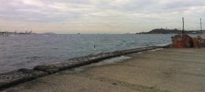 Κοιτάζοντας από το ίδιο σημείο, αλλά προς τα νότια, βλέπουμε το Βόσπορο να καταλήγει στην ανοικτή θάλασσα της Προποντίδας, που διασχίζει το ταχύπλοο με προορισμό τα Μουδανιά. Από τα δεξιά έρχονται τα νερά του Κεράτιου, με τα ανάκτορα του Τοπκαπί και την Αγιά Σοφιά να διακρίνονται από πίσω.