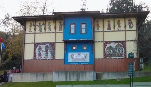Το Μουσείο του Καραγκιόζη στο προάστιο Τζεκιργκέ. Σύμφωνα με την παράδοση, ο Καραγκιόζης και ο Χατζηαβάτης ήταν εργάτες στην κατασκευή του Ουλού Τζαμιού. Επειδή έκαναν συνέχεια αστεία, διασκέδαζαν τους άλλους εργάτες και καθυστερούσαν έτσι την παραγωγή, ο Ορχάν διέταξε την εκτέλεσή τους. Μετανιωμένος μετά για την πράξη του, ανέθεσε στο Σεΐχη ... να φτιάξει φιγούρες με τις οποίες θα αναπαριστούσε τη ζωή τους.