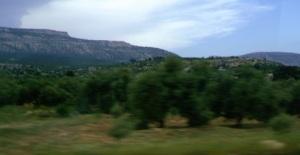 Κατηφορίζοντας από την οροσειρά του Ταύρου (πάνω αριστερά) οι ελιές και τα ανοιχτόχρωμα κτίρια σηματοδοτούν την επιστροφή στο οικείο μεσογειακό τοπίο.