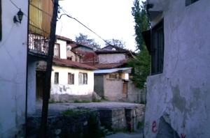 Η παλιά συνοικία μέσα στο κάστρο της Άγκυρας, σε έντονη αντίθεση με τη σύγχρονη πόλη.