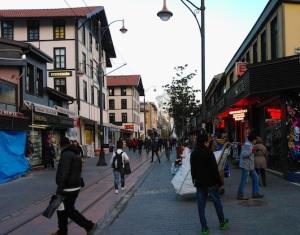 """Εικόνα από το κέντρο της πόλης, απ' όπου περνά και το """"νοσταλγικό"""" τραμ."""