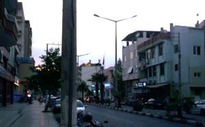 """Στη Σελεύκεια ήδη νιώθεις πιο κοντά στην Κύπρο - η πόλη έχει έντονα μεσογειακή αίσθηση. Στα αριστερά το ξενοδοχείο """"Αγία Θέκλα""""."""