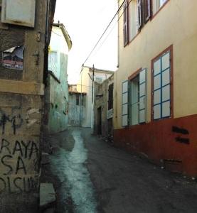 Το κτίριο στα δεξιά λειτουργεί εδώ κι ένα χρόνο σαν χόστελ. Με βάση τα λεγόμενα των διαχειριστών, ήταν παλιότερα ελληνικό σπίτι και η γειτονιά γενικά ελληνική.