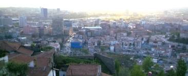 Η σύγχρονη πόλη της 'Αγκυρας απλώνεται κάτω από το κάστρο.